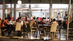Suasana makan malam Persija Jakarta di Bandung, Jumat (15/7/2016). (Bola.com/Nicklas Hanoatubun)