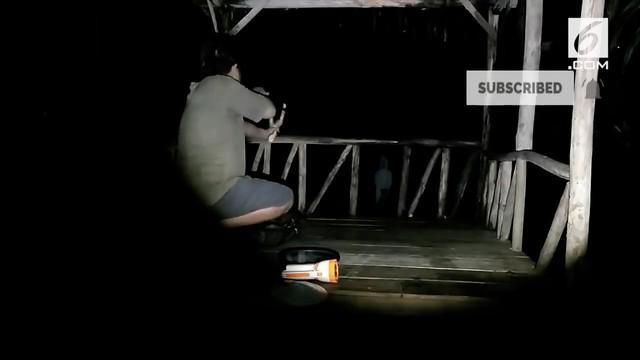 Sebuah video tengah menjadi pembicaraan karena aksi seorang pria saat bertemu dengan sosok pocong. Bukannya takut atau kabur, pria tersebut malah ketapel si pocong.