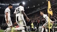 Penyerang Juventus Cristiano Ronaldo (kanan) bersama Emre Can dan Moise Kean merayakan gol ke gawang Atletico Madrid pada leg kedua babak 16 besar Liga Champions di Allianz Stadium, Turin, Selasa (12/3). Ronaldo mencetak hattrick. (Marco BERTORELLO/AFP)