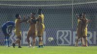 Wasit menunjuk titik putih dan Ezechiel kembali membukukan namanya di papan skor lewat tembakan kerasnya. Skor 2-1 ini mengakhiri babak pertama duel Bhayangkara FC Vs Persiraja Banda Aceh. (Foto: Bola.com/M iqbal Ichsan)
