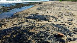 Gambar yang dirilis 7 Oktober 2019 menunjukkan minyak tumpah di pantai Pontal de Coruripe di Coruripe, negara bagian Alagoas, Brasil. Perusahaan minyak yang dikelola negara, Petrolo Brasileiro SA, atau Petrobras telah melakukan tes dan menunjukkan minyak itu tidak berasal dari Brasil. (HO/IBAMA/AFP)