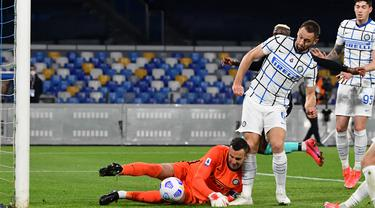 Kiper Inter Milan, Samir Handanovic (kiri) gagal menangkap bola yang dilepaskan striker Napoli, Lorenzo Insigne yang berujung gol bunuh diri dalam laga lanjutan Liga Italia 2020/2021 di Diego Armando Maradona Stadium, Minggu (18/4/2021). Inter bermain imbang 1-1 dengan Napoli. (AFP/Tiziana Fabi)