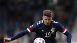 Penyerang Skotlandia, Kevin Nisbet mengontrol bola saat bertanding melawan Republik Ceko pada pertandingan grup D Euro 2020 di stadion Hampden Park, Glasgow, Senin (14/6/2021). Ceko menang atas Skotlandia dengan skor 2-0. (Stu Forster, Pool via AP)