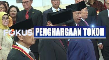 Presiden Jokowi memberikan empat tanda kehormatan pada 29 tokoh dan mantan pejabat Indonesia.