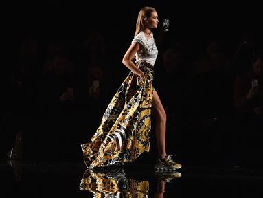 Model Gigi Hadid berjalan di catwalk memperagakan busana koleksi Versace Pre-Fall 2019 di New York (2/12). Selain Gigi, model cantik lainnya seperti Irina Shayk, Emily Ratajkowski dan Hailey Baldwin tampil di acara tersebut. (AFP Photo/Angela Weiss)