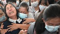Ibu Khant Ngar Hein menangis saat pemakamannya di Yangon, Myanmar, Selasa (16/3/2021). Khant Ngar Hein, mahasiswa kedokteran berusia 18 tahun ditembak di dadanya di Tamwe, Yangon oleh pasukan keamanan selama protes anti-militer. (AFP/STR)
