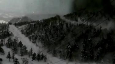 Detik-Detik Mengerikan Longsoran Salju di Resor Ski Jepang