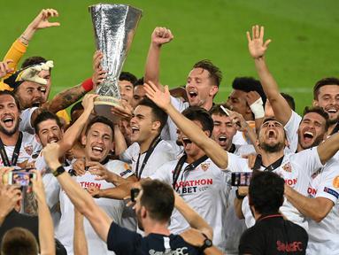 Pemain Sevilla merayakan gelar juara Liga Europa 2019/2020 di Stadion RheinEenergie, Sabtu (22/8/2020) dini hari WIB. Sevilla raih gelar juara Liga Europa 2019/2020 usai mengalahkan Inter Milan dengan skor 3-2. (AFP/Ina Fassbender/pool)