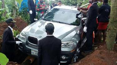 Seorang Anak Kuburkan Jasad Ayahnya Bersama Mobil Mewah Rp 1,2 Miliar