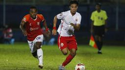 Pemain Persija Jakarta, Novri Setiawan (kanan) dijaga ketat pemain Borneo FC Samarinda Terens Owang Priska Puhiri (kiri) dalam pertandingan Babak Penyisihan Grup B Piala Menpora 2021 di Stadion Kanjuruhan, Malang. Sabtu (27/3/2021). (Bola.com/Ikhwan Yanuar)