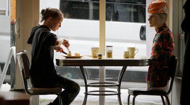 Manekin digunakan untuk menghalangi kursi di Roundel Cafe guna memberikan jarak fisik yang cukup bagi pelanggan di Vancouver, Kanada, pada 15 Juni 2020. Restoran Roundel Cafe menggunakan maneken alih-alih memberi pembatas pada kursi untuk membantu pelanggan menjaga jarak fisik. (Xinhua/Liang Sen)