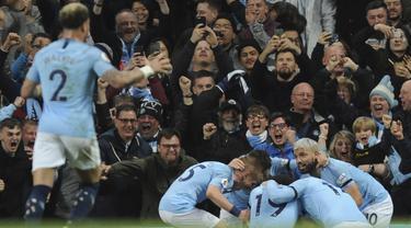 Para pemain Manchester City merayakan gol yang dicetak oleh Vincent Kompany ke gawang Leicester City pada laga  Premier League di Stadion Etihad, Senin (6/5). Manchester Citymenang 1-0 atas Leicester City. (AP/Rui Vieira)