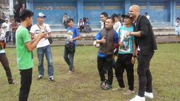 Sergio van Dijk berfoto bersama Bobotoh saat tiba saat mengunjungi mess Persib Bandung di Bandung, Rabu (18/5/2016). (bola.com/Erwin Snaz)