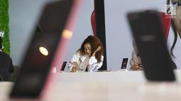 Pengunjung mencoba Smart Phone Oppo F5 saat peluncuran di Jakarta, Senin (13/11). Oppo luncurkan F5 yang dilengkapi dengan A.I.Beauty Recognition Teknology dan Full Screen FHD+. (Liputan6.com/Angga Yuniar)