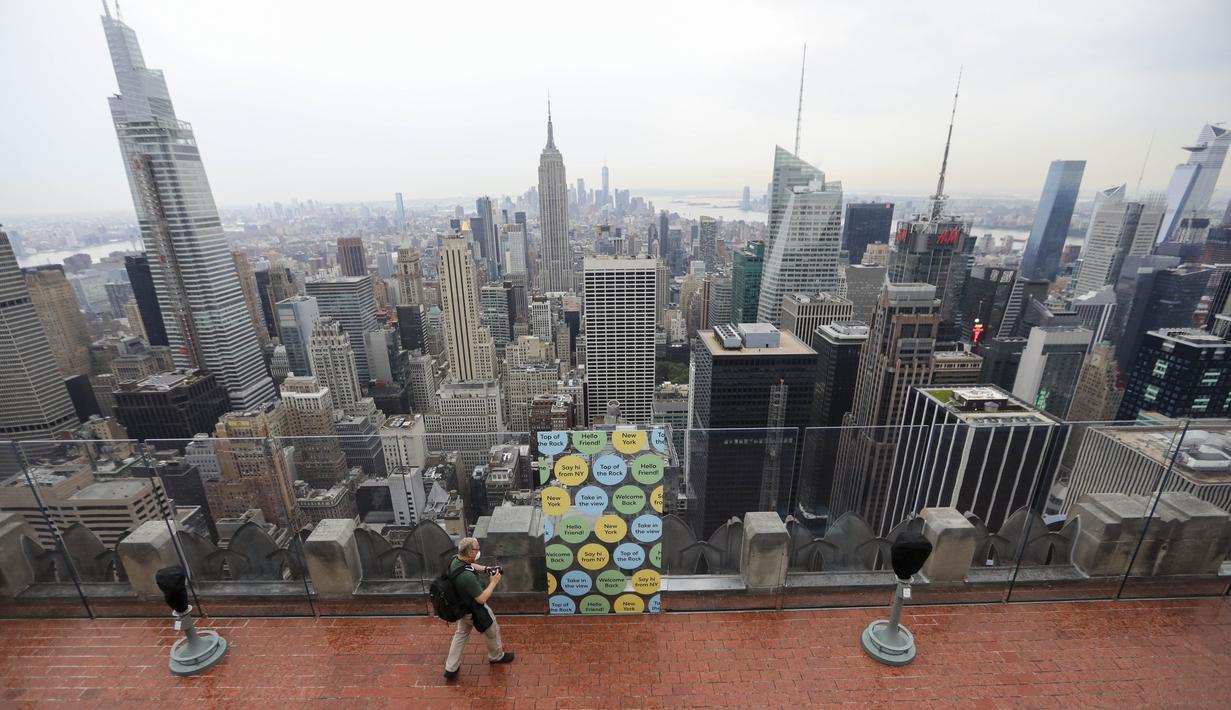 Seorang fotografer berjalan di anjungan pengamatan Top of the Rock, New York, Amerika Serikat, Kamis (6/8/2020). Top of the Rock, anjungan pengamatan populer yang ada di atas 30 Rockefeller Plaza, kembali diuka untuk umum pada 6 Agustus 2020. (Xinhua/Wang Ying)