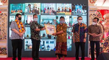 Menteri Perindustrian Agus Gumiwang Kartasasmita menyerahkan secara simbolis bantuan mesin Computer Numerical Control (CNC),