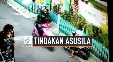 Pelecehan seksual yang dilakukan seorang pemotor pria terekam kamera CCTV. Kejadian terjadi pada sebuah gang di Purwakarta.