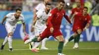 Bomber Portugal, Cristiano Ronaldo, saat mengeksekusi penalti melawan Iran di Mordovia Arena, Senin (25/6/2018). (AP Photo/Francisco Seco)