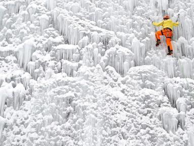 Seorang pria memanjat dinding es buatan di kota Liberec, Republik Ceko, Minggu (27/1). Meski buatan, tidak sembarang orang bisa menaklukkan tebing es tersebut. (AP Photo/Petr David Josek)