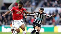 Bek Manchester United, Antonio Valencia, berebut bola dengan pemain Newcastle United, Ayoze Perez, pada laga lanjutan Premier League, di Stadion St James Park, Minggu (11/2/2018). (AP/Owen Humphreys).