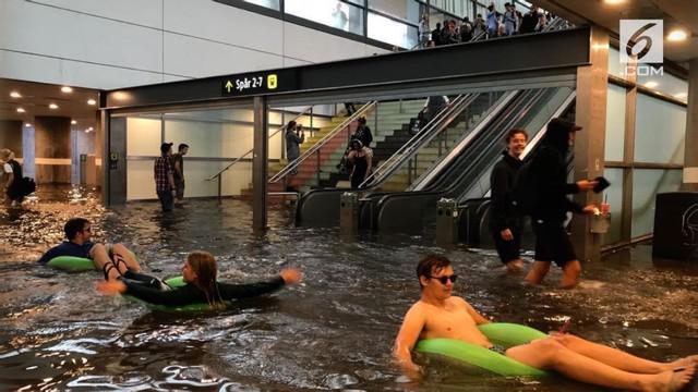 Meski air yang tergenang di stasiun kereta Uppsala, Swedia terlihat sangat kotor, warga tetap memutuskan untuk berenang dan bermain di stasiun tersebut.