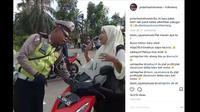 Tak pakai helm dan menunjukan surat-surat emak-emak pura-pura nangis. (Instagram @polantasindonesia)