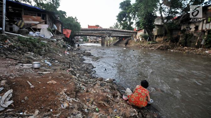 Warga mencuci piring di bantaran Kali Ciliwung, Jakarta, Senin (19/11). Saat ini, tercatat sekitar 500 ribu penduduk DKI Jakarta tidak memiliki akses sanitasi yang layak. (Merdeka.com/Iqbal Nugroho)