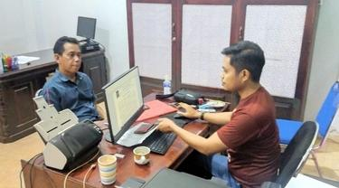 Mohamad, WNA Malaysia saat diinterogasi pihak Imigrasi Gorontalo (Arfandi Ibrahim/Liputan6.com)