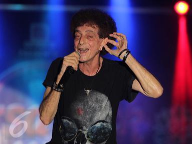 Musisi gaek Ahmad Albar kembali mengentak publik Solo lewat lagu-lagu hits rock-nya dalam acara bertajuk Gebyar Rock 2015, Solo, Selasa (24/11/2015). God Bless menggeber 14 lagu di panggung hiburan merakyat THR Sriwedari. (Liputan6.com/ Reza Kuncoro)