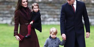 Masih dalam suasana Natal, kali ini datang dari keluarga kecil Pangeran William bersama istri dan kedua anaknya yang menggemaskan, Prince George dan Princess Charlotte. Kedamaian tampak menyelimuti keluarga kerajaan itu. (AFP/Bintang.com)