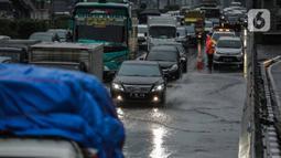 Kendaraan bermotor melaju tersendat di ruas Tol Dalam Kota (Dalkot), Jakarta, Selasa (17/12/2019). Air hujan sempat menggenangi sebagian ruas Tol Dalam Kota  untuk arah Kuningan arah Cawang hingga sempat membuat lalu lintas tersendat. (Liputan6.com/Faizal Fanani)