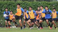 Rachmat Irianto (kiri) dan sejumlah pemain Timnas Indonesia saat sesi latihan persiapan kualifikasi Piala AFC 2023 yang berlangsung di Lapangan G, Senayan, Jakarta, Sabtu (02/10/2021). Indonesia dijadwalkan akan menghadapi Taiwan pada 7 dan 11 Oktober 2021 di Thailand. (Bola.com/Bagaskara Lazuardi)
