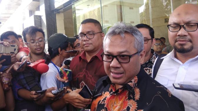 Ketua KPU Arief Budiman melaporkan pembuat dan penyebar hoaks surat suara ke Bareskrim (Liputan6.com/Delvira)