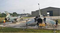 Personel TNI AU Skadron Udara 16 Wing 6 Lanud Roesmin Nurjadin sedang melaksanakan tradisi memandikan pesawat tempur di Skadron Udara 16. (RIAUONLINE.CO.ID/ISTIMEWA/LANUD ROESMIN NURJADIN)