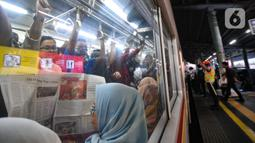 Kepadatan penumpang KRL di Stasiun Juanda, Jakarta, Rabu (20/11/2019). PT KCI akan menambah perjalanan KRL mulai 1 Desember yang disesuaikan dengan Gapeka 2019 guna meningkatkan pelayanan dan mendorong masyarakat menggunakan transportasi publik. (merdeka.com/Iqbal S. Nugroho)