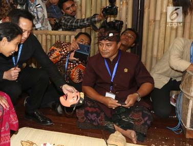 Menteri BUMN dan Kepala Bekraf Tinjau Pameran Produk UMKM di IMF-WB 2018