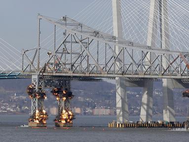 Ledakan dahsyat menghancurkan bagian Jembatan Tappan Zee di Tarrytown, New York, AS, Selasa (15/1). Jembatan Tappan Zee dihancurkan lantaran sudah tua. (AP Photo/Seth Wenig)