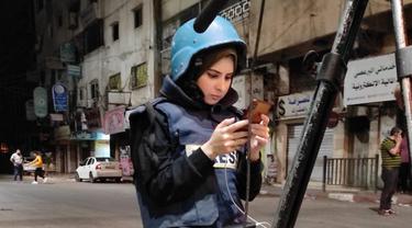 Selama liputan langsungnya, Ghalia Hamad selalu berhubungan dengan putrinya di rumah, untuk memeriksa kesejahteraan mereka (Ghalia Hamad)