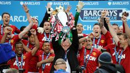 Pelatih Manchester United, Sir Alex Ferguson, mengangkat trofi Premier League di Stadion Old Trafford (12/5/2013). Pertandingan tersebut sekaligus menjadi momen perpisahan Sir Alex Ferguson bersama Setan Merah. (AFP/Andrew Yates)