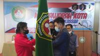 M. Tawing (kiri) menerima Pataka Pertina Makassar dari Ketua Pengrov Pertina Sulsel usai terpilih sebagai Ketua Pertina Makassar Periode 2021-2024, Senin (25/1/2020). (Bola.com/Abdi Satria)