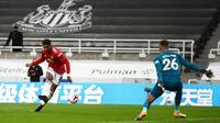 Manchester United's English striker Marcus Rashford scores their fourth goal past Newcastle United's English goalkeeper Karl Darlow (R)