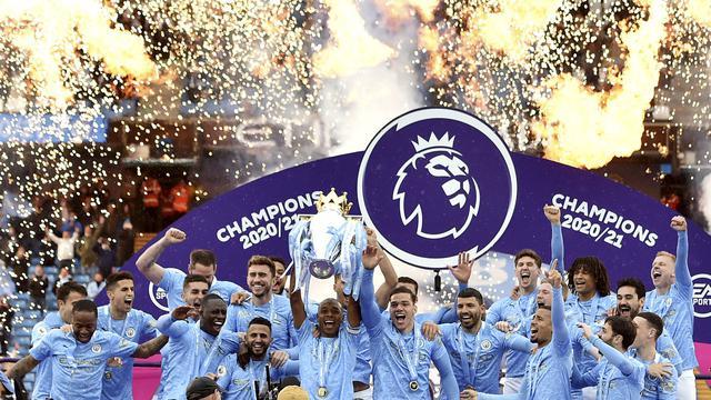 Para pemain Manchester City melakukan selebrasi usai menjuarai Liga Inggris di Stadion Etihad, Minggu (24/5/2021). City menang dengan skor 5-0. (Peter Powel/Pool via AP)