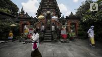 Umat Hindu Bali saat memperingati Hari Raya Galungan di Pura Amerta Jati, Jalan Punak, Pangkalan Jati, Cinere, Depok, Rabu (14/4/2021). Hari Raya Galungan sebagai hari kemenangan dharma (kebaikan) melawan adharma (keburukan). (Liputan6.com/Johan Tallo)