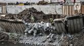 Aktivitas pekerja saat menyelesaikan perbaikan turap yang longsor di Kanal Banjir Barat, Jakarta, Kamis (6/8/2020). Turap longsor yang terjadi satu bulan lalu tersebut mulai diperbaiki dan ditargetkan rampung pada akhir tahun 2020. (merdeka.com/Iqbal S. Nugroho)