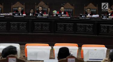 Kontainer berisi barang bukti milik BPN Prabowo-Sandiaga dihadirkan ke dapan hakim saat sidang lanjutan sengketa Pilpres 2019 di MK, Jakarta, Rabu (19/6/2019). Sidang kali ini beragendakan mendengar keterangan saksi dan ahli terkait sengketa Pilpres 2019. (merdeka.com/Iqbal Nugroho)