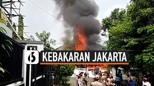 Sebuah rumah yang dijadikan lokasi penyimpanan dekorasi di kawasan Pulomas Jaktim terbakar. 1 orang pegawai yang tegah tertidur tewas terbakar. Kasus ini ditangani Polsek Metro Pulomas.