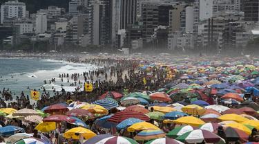 Ribuan orang memadati Pantai Ipanema, meskipun ada pembatasan sosial ketat untuk menekan penyebaran Covid-19, di Rio de Janeiro, Brasil, Minggu (24/1/2021). Brasil telah mencatat lebih dari 200.000 kematian terkait Covid-19, angka tertinggi kedua di dunia setelah AS. (AP Photo/Bruna Prado)