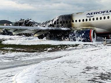 Pesawat Sukhoi Superjet-100 milik maskapai Aeroflot dikelilingi oleh busa dari pemadam kebakaran setelah melakukan pendaratan darurat dan terbakar di Bandara Sheremetyevo, Moskow, Rusia, Minggu (5/5/2019). Sedikitnya 41 orang tewas dalam kecelakaan pesawat itu. (Moscow News Agency photo via AP)