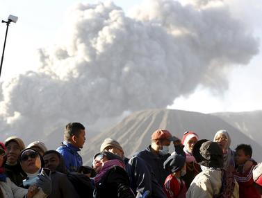 20160106-Erupsi Gunung Bromo Jadi Objek Wisata Dadakan-Jatim