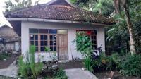 Tim Densus 88 Mabes Polri menggrebek dua lokasi terduga teroris di Kabupaten Bantul DI Yogyakarta. Sejumlah barang bukti diamankan tim Densus 88 dari rumah tempat tinggal dua terduga teroris tersebut.